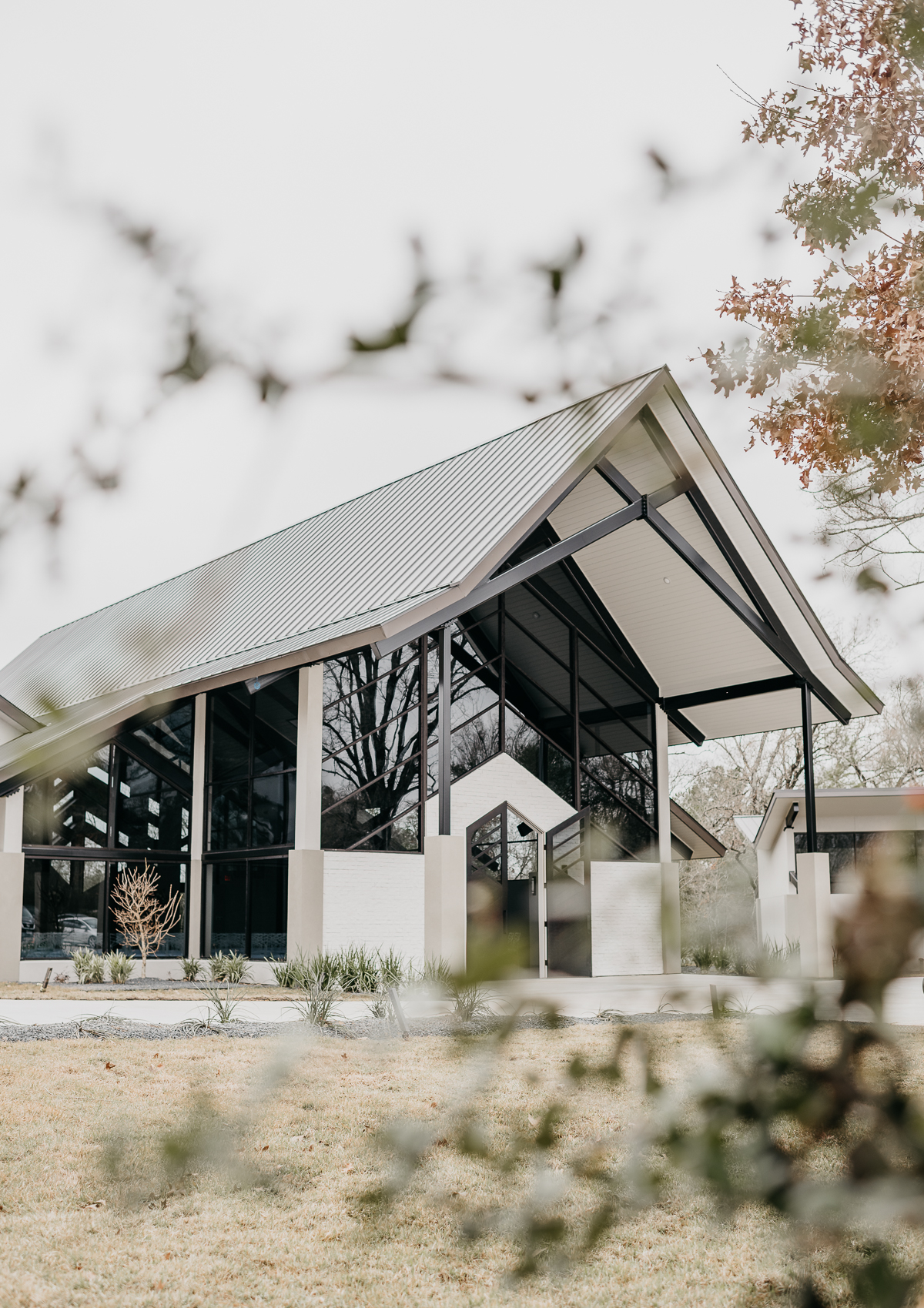 Modern elegant carefree nature wedding at Jennings Trace wedding venue in Conroe Texas