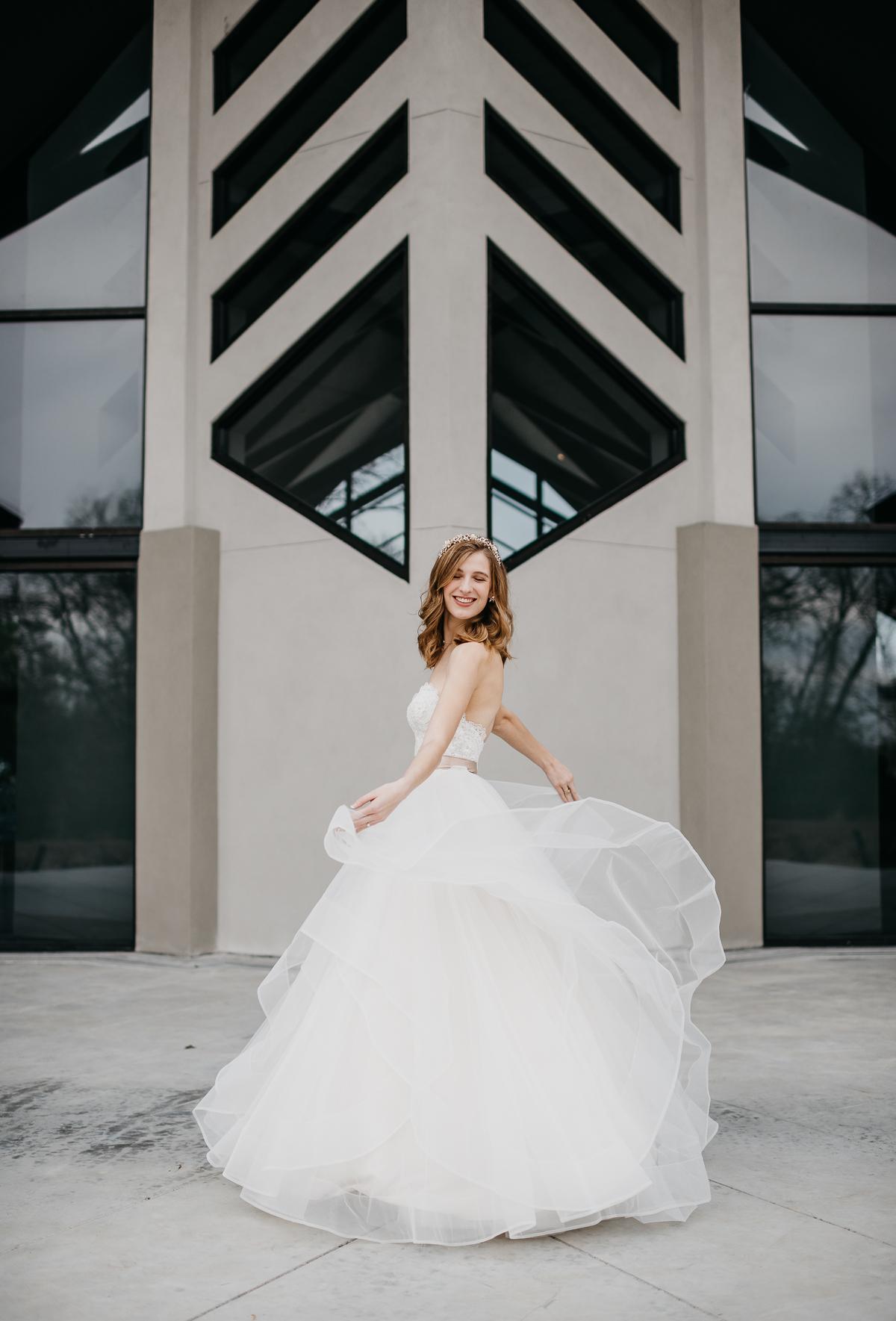 Modern elegant carefree nature wedding at Jennings Trace wedding venue in Conroe Texas camera shi photography bride